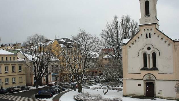 Husovo náměstí v Podmoklech