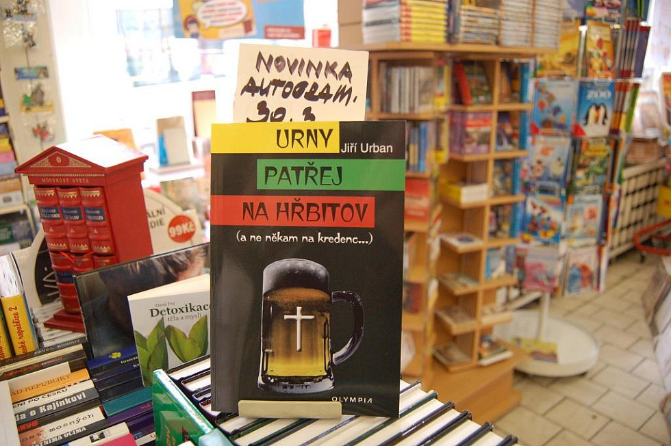 Uvolněná atmosféra panovala v děčínském knihkupectví na ulici Prokopa Holého, kde svou prvotinu tento týden podepisoval děčínský spisovatel Jiří Urban.