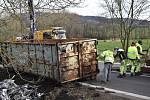 Při dopravní nehodě v Markvarticích se převrátil přívěs plný kovového odpadu.