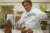 Výroba čokolády dá Jaroslavu Vaňkátovi v těchto dnech pořádně zabrat.
