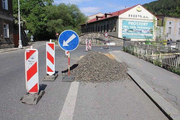 Ovčí můstek vDěčíně je pro dopravu uzavřen, přesto se tu ve všední dny nepracuje.