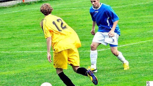 BEZ PŘEKVAPENÍ! Tak skončil zápas 25. kola fotbalové I. A třídy mezi domácím Šluknovem (modré dresy) a Střekovem. Hosté nakonec vyhráli 3:0.