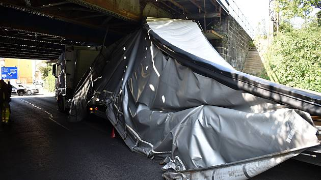 Kamion se nevešel pod viadukt na Kamenické ulici.