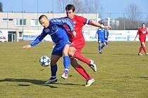 FOTBALISTÉ Třince porazili Varnsdorf 2:1. Na snímku domácí Lisický (v modrém) v souboji o míč s Hozdou.