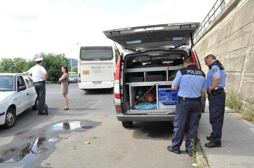 Dopravní policie kontrolovala hmotnost nákladů kamionů u Děčína