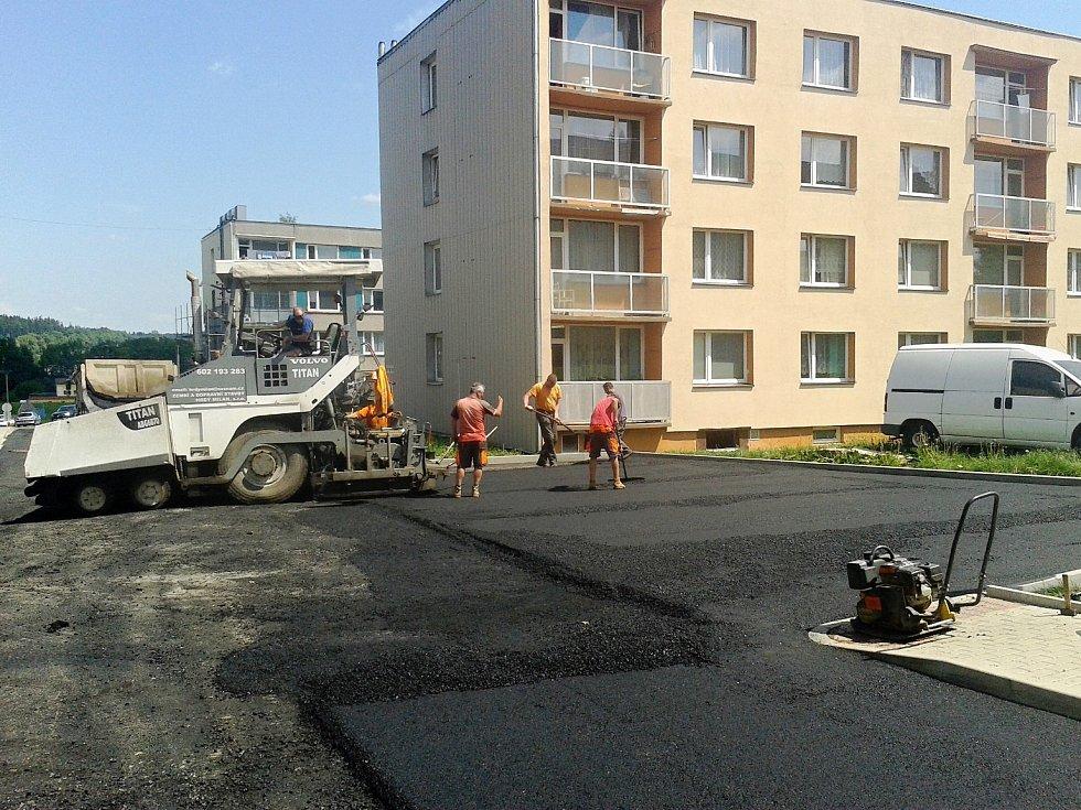 Pokládka asfaltu na sídlišti.