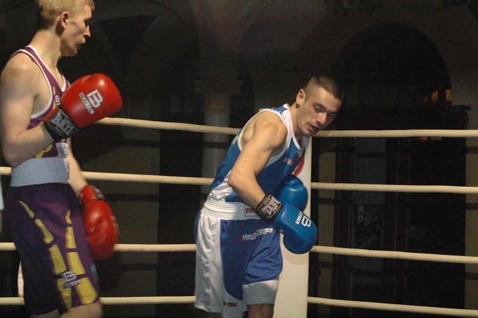 DĚČÍNŠTÍ BOXEŘI (modré dresy) doma porazili borce z Třeboně.