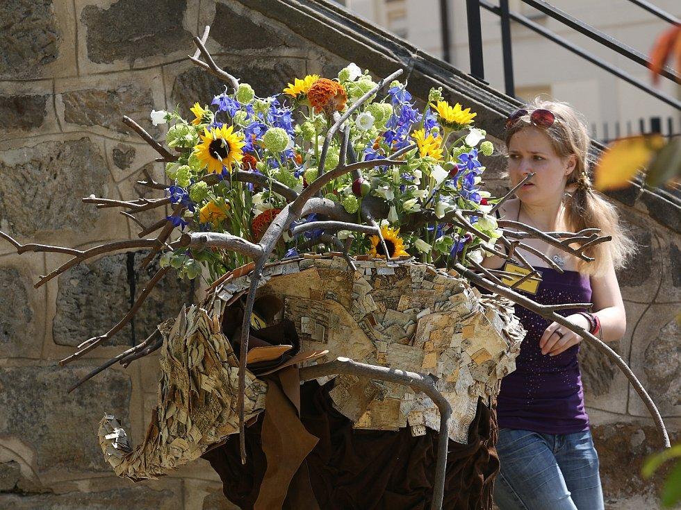 Ve čtvrtek soutěžili floristé v zámeckých zahradách v Děčíně.