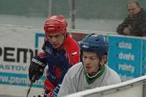 ZVLÁDLI TO. Hokejbalisté Bazzy Děčín (v bílém) porazili 3:2 Meziboří.