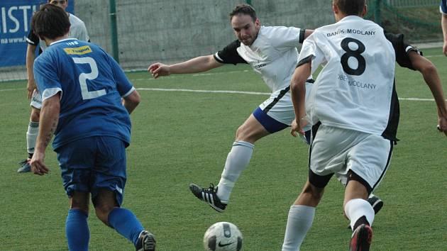 JEN REMÍZA. Fotbalisté Junioru (v modrém) doma remizovali 2:2 s Modlany.