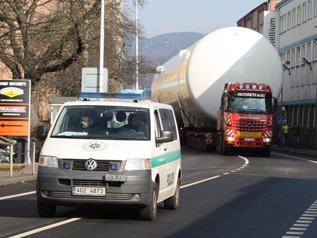 Obří zásobníky na plyn jely z Děčína do Ústí.