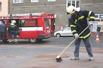 Dobrovolní hasiči z Horního Žlebu likvidovali vyteklou naftu na křižovatce ulic Prokopa Holého a tržní v Děčíně