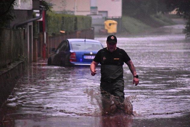 Voda napáchala vsobotu na Děčínsku velké škody.