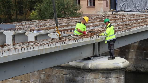 Rekonstrukce mostu v Benešově nad Ploučnicí.