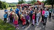 Hasiči navštívili děti na táboře.