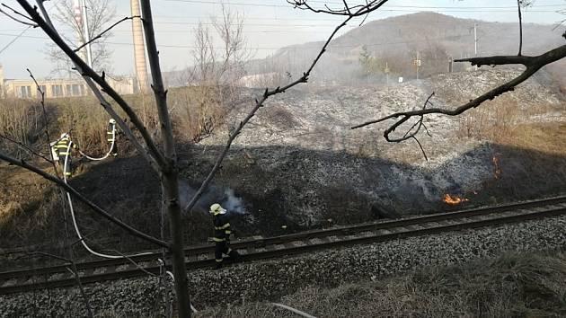 Požár travního porostu na Starém Městě.