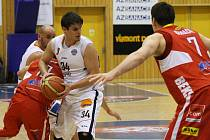 HRÁČI BK Děčín (v bílém) nestačili na Pardubice. BK prohrál 50:70.