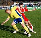 Fotbalový zápas Řezuz Děčín (v bílém) proti fotbalistům z Roudnice (v modrém) Utkání o přímý souboj o první příčku krajského přeboru.