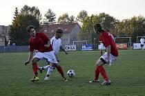 JISKRA MODRÁ (v bílém) nezaváhala a nad Šluknovem (v červeném) vyhrála hladce 3:0.