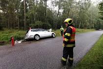 Řidič jedoucí z Maxiček na Sněžník havaroval a skončil mimo silnici.