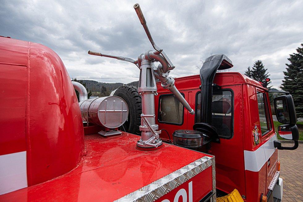 V Horním Podluží opravili unikátní hasičskou cisternu.