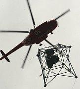Vrtulník už vzlétl na Studenec s první částí vyhlídkové věže, nárazový vítr ale přinutil pilota vrátit spodní část konstrukce zpátky na fotbalové hřiště