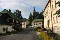 V malebné vesnici Kytlice na Děčínsku měla nebo dosud má chalupu řada známých osobností.