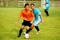 V POHODĚ. Jílové doma porazilo Pokratice bez problémů. Na snímku si kryje míč domácí Farkaš (v oranžovém).