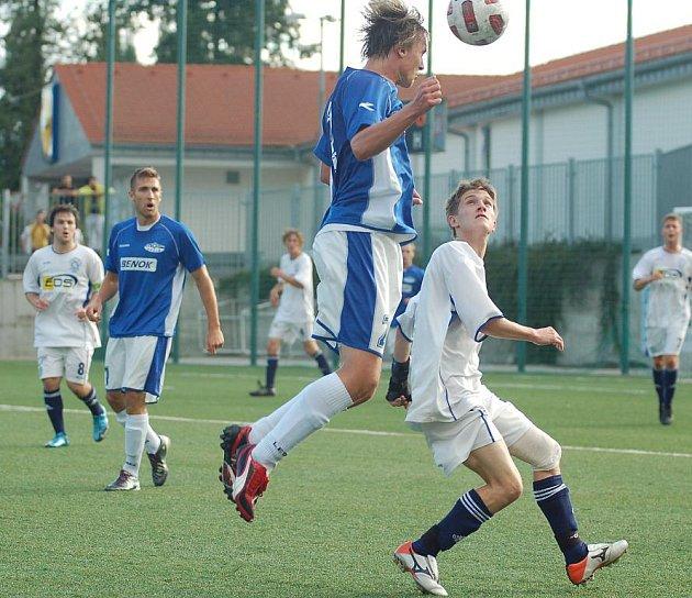 KONEČNĚ. Ve třetím utkání v KP se fotbalisté Junioru Děčín (v modrém) dočkali vítězství. Doma porazili 3:2 Neštěmice.