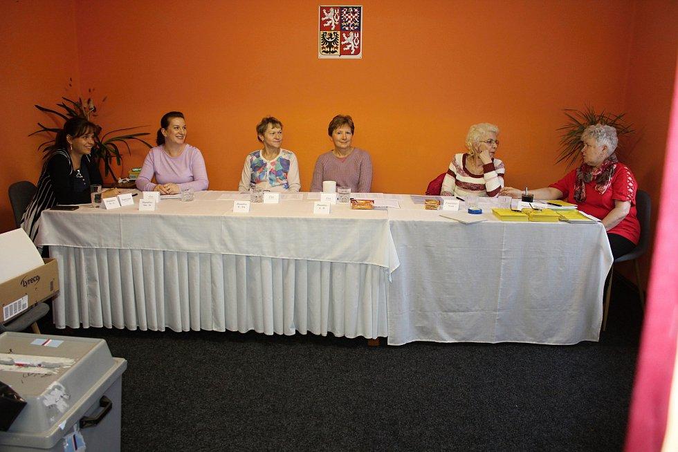 Komise v Huntířově čeká na voliče.