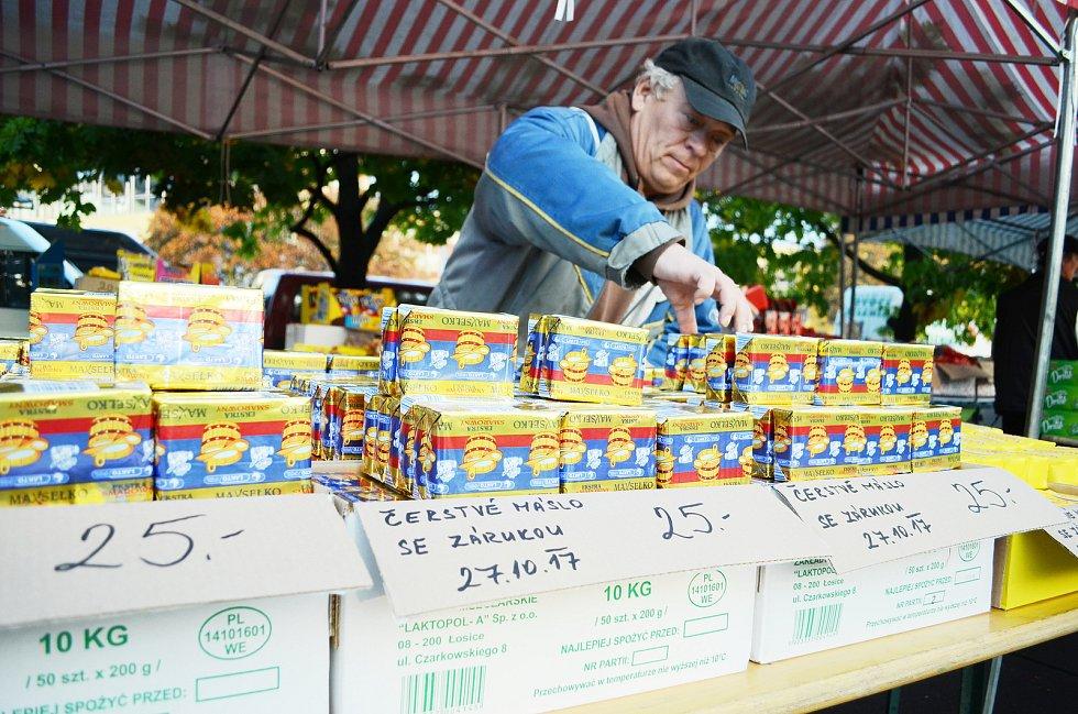 Známý mostecký trhovec Vlastimil Kohout prodává na trhu v Mostě levné polské máslo.