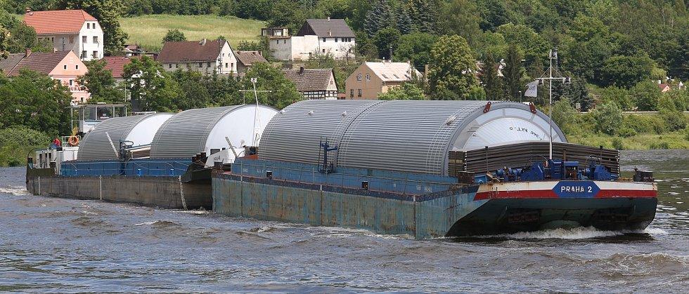 Z Hřenska vyjel náklad obřích pivních tanků na pivo do Plzeňského pivovaru. Loď přiveze tanky do přístavu v Prosmykách u Lovosic, kde se přeloží na podvalníky a po silnici doputují do místa určení.