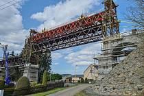 Ve Vilémově zdvihli první část rekonstruovaného viadukutu.