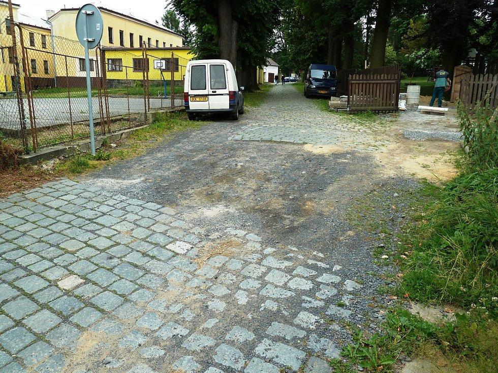 Původní stav ulice Hřbitovní.