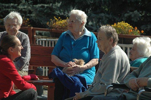 Canisterapie pomáhá seniorům.