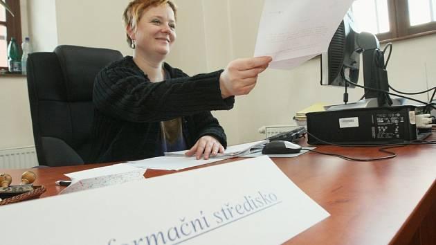 INFORMAČNÍ STŘEDISKO. Dagmar Červínková poskytne účastníkům řízení potřebné informace už ve vestibulu děčínského soudu.