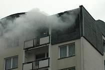Hustý dým se v úterý vpodvečer začal valit z oken v nejvyšším patře panelového domu ve Weberově ulici v Děčíně Želenicích.