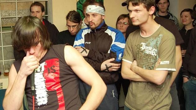 Zpěvák kapely Xnidax a jeden z členů Reailta.tv (s čelenkou) nechtěli o aktivitách organizace mluvit.