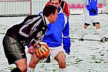 Brankář hostů kryje míč před autorem jedné z branek Jiskry Modrá L. Sýkorou