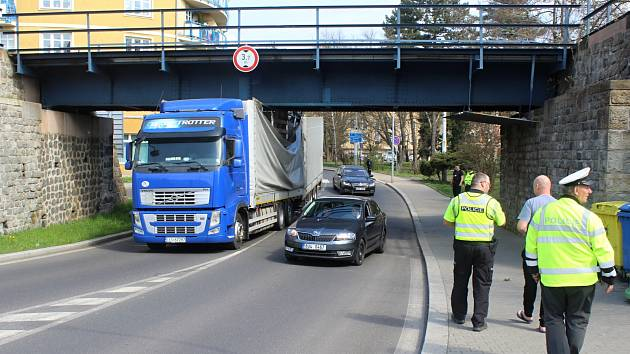 Pod viadukt v Ruské ulici v Děčíně se kamion nevešel
