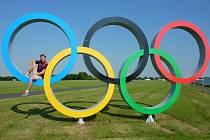 LONDÝN 2012 – ETON DORNEY. Lukáš Matys sedí na jednom z olympijských kruhů v blízkosti kanálu Eton Dorney.