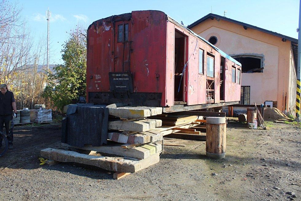 Oprava unikátního vagónu v Děčíně.