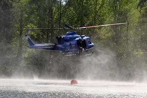 S likvidací požáru u Maxiček pomáhal policejní vrtulník