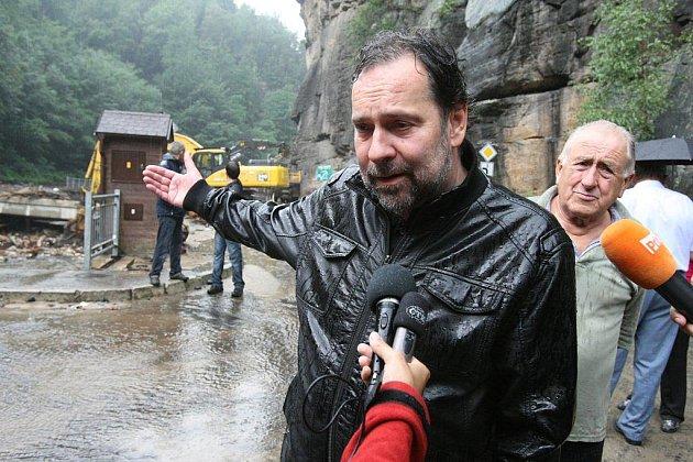 Při své návštěvě Ústeckého kraje si ministr vnitra Radek John prohlédl i povodní zničené Hřensko.