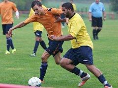 OBRAT. Fotbalisté Jílového (oranžové dresy) vyhráli v Jiříkově nad Rumburkem 3:2.