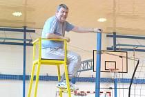 JOSEF HERCLÍK, trenér, ale i volejbalový metodik, který má za sebou řadu přednášek. Na snímku je právě zachycen v roli rozhodčího.