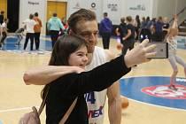 RADOST. Šimon Ježek se po zápase s Pardubicemi ochotně vyfotil s mladou fanynkou.