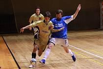 SÁLOVKA VS. FOTBAL. Někteří hráči si musí vybrat, zda dají přednost sálovce, nebo velkému fotbalu.