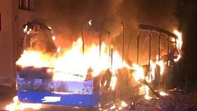 Autobus zcela vyhořel.