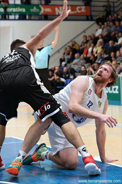 VÁLEČNÍCI NEZAVÁHALI. Děčínští basketbalisté (v bílém) doma porazili Hradec Králové.